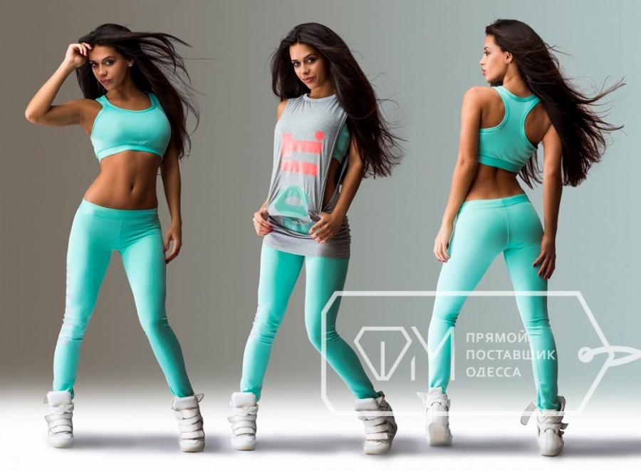 спортивный костюм тройка мятного цвета с топом и серой футболкой с надписями 31d30ff6c4a